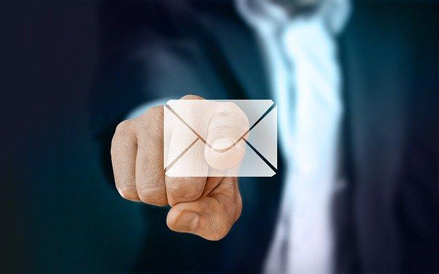 メールを指さす男性