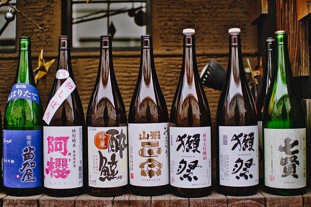 日本酒が数本並んでいる
