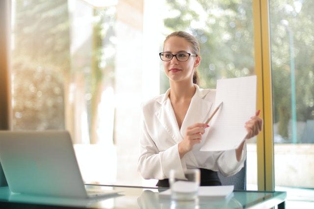 オフィスで書類を説明する知的な女性