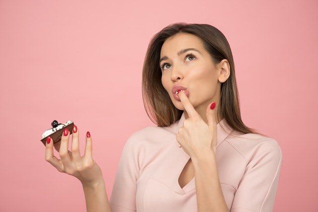 ケーキを食べている女性