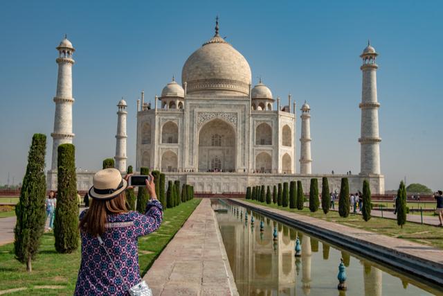 タージマハルの写真を撮っている女性