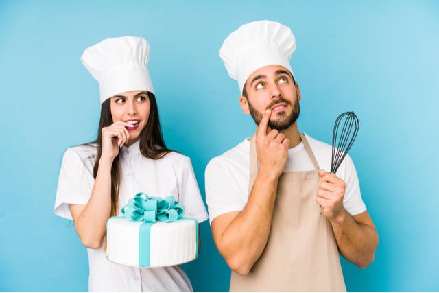若いカップルが一緒にケーキを作る様子