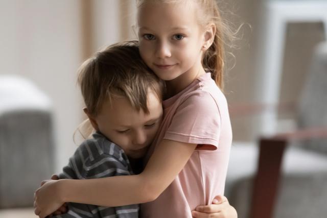 男の子をを抱いているお姉さん