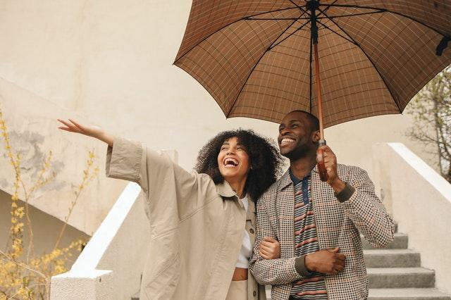 相合傘をする男女